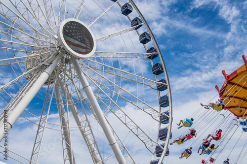 Papiers peints Attraction parc Ferris Wheel and Swing Ride