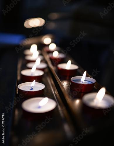 Fotografija  Candele e lumini con fiammelle su appoggi di rame