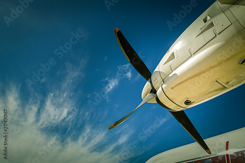 Papel de parede  view of aircraft propeller blade and turboprop engines with blue sky background