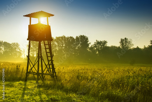 Photo sur Aluminium Chasse Lookout tower for hunting at dawn