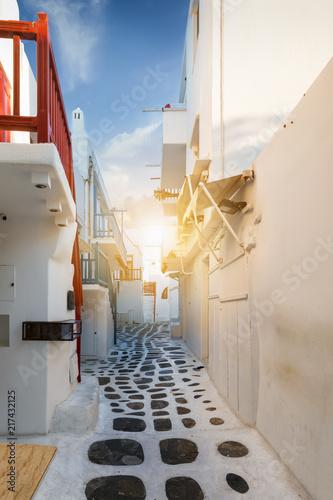 Obrazy w różnych kolorach biala-uliczka