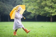 傘をさして歩く女の子