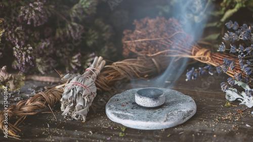 Fotografía Räucherwerk: verschiedene getrocknete Kräuter, Weihrauch auf Holzkohle
