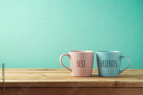 Filiżanki na drewnianym stole