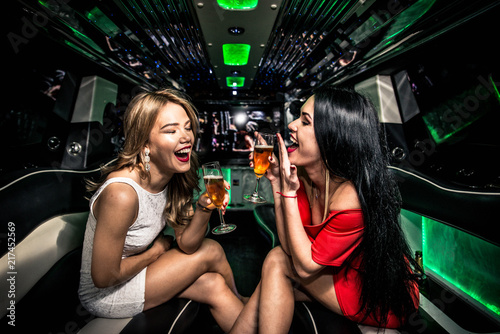 Photographie Girls partying in a limousine