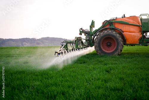 Pflanzenschutz-  schnell fahrende Feldspritze auf Getreide, Sprühnebel im Gegenl Canvas Print