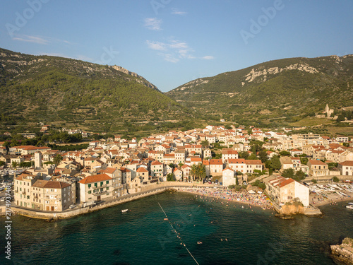 Fotobehang Liguria Insel Vis, Komiza, in Kroatien an der Adria, Luftaufnahme der Bucht mit Bergen im Hintergrund