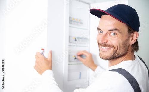 Fotografie, Obraz  Elektriker arbeitet an einem Sicherungskasten, Elektroinstallation