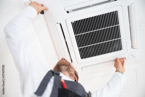 Fotografie, Obraz Installation einer Klimaanlage