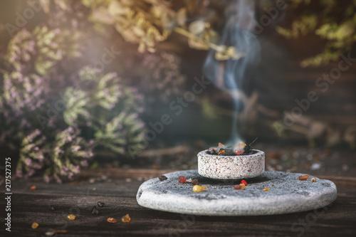 Weihrauch auf Räucherkohle: Räucherzeremonie Nahaufnahme