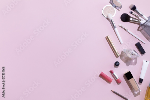 Make Up Stoel : Flat lay and top view of make up products and cosmetics set on