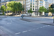 Straße mit Kreuzung und Kurve in Stadt