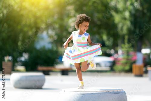 Photo The dark-skinned girl emotionally dances in the street