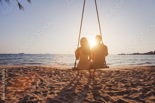 Fotografia  beach holidays for romantic young couple, honeymoon vacations, silhouettes of ma