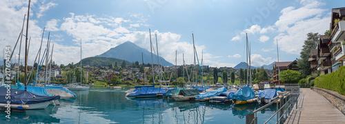 Keuken foto achterwand Poort Promenade am Hafen von Spiez am Thunersee mit vielen Segelbooten