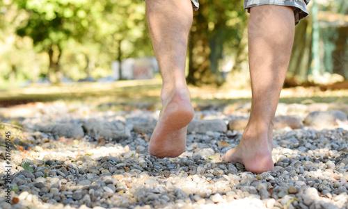 Leinwand Poster  Barfüßerpfad im Park mit menschlichen Füße