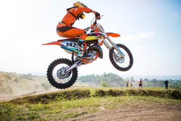Obraz rowerzysty wykonującego sztuczkę i skaczącego w powietrze. Mistrzostwa Motocross. sportowa szybka jazda. rower duży mały.