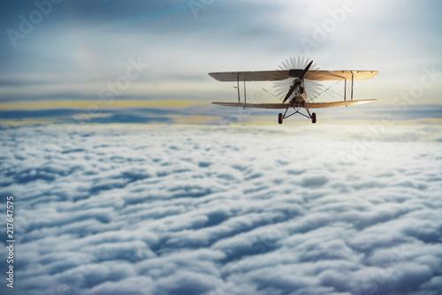 stary-samolot-lecacy-wysoko-ponad-chmurami