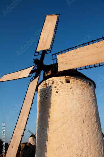 wiatrak-w-molinow-ostrym-swietle