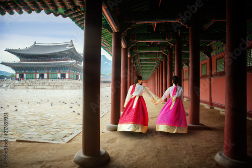 Canvas Print Korean lady in Hanbok or Korea gress and walk in an ancient palace