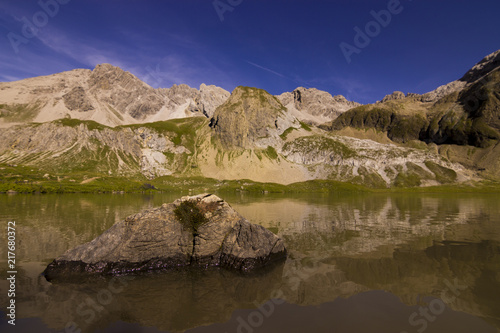 Poster Taupe Bergsee in den Alpen