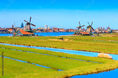 Fotografía  Panoramic view of windmills in Zaanse Schans, traditional village in Holland