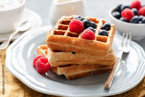 domowe-belgijskie-gofry-z-jagodami-na-sniadanie-zamknac-widok