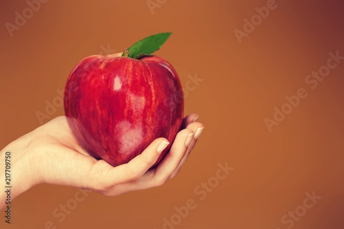 Cuadros en Lienzo Woman hand holding big red apple