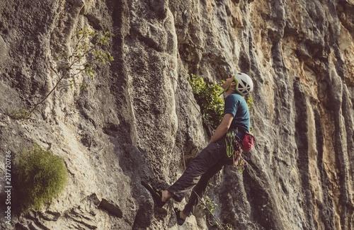 In de dag Alpinisme A Man Climbing a Rock