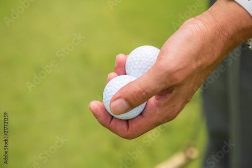 新緑のゴルフ場とゴルフボール