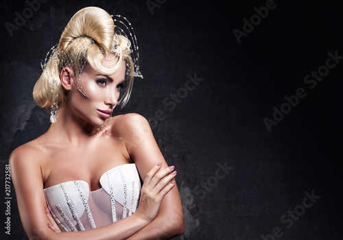 Photo Horizontal portrait of a beautiful young woman with an avant-garde hairstyle