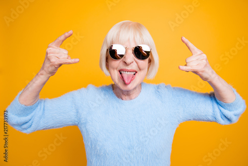 Photo  Close up portrait of  modern granny hold hands up and showing si