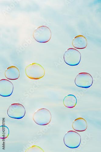 Seifenblasen fliegen schwerelos am blauen Himmel