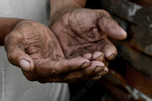 Fotografia The poor old man's hands beg you for help