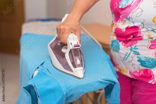 Láminas  Senior woman close up ironing clothes