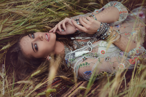 Photo sur Aluminium Gypsy lying in the grass