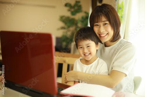 Photo パソコンを使う親子