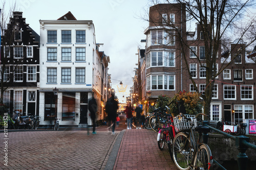 Photo  Side street of the canal Herengracht in the old center of Amsterdam in Christmas