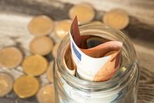 Euro Geldscheine Und Münzen Und Ein Einmachglas