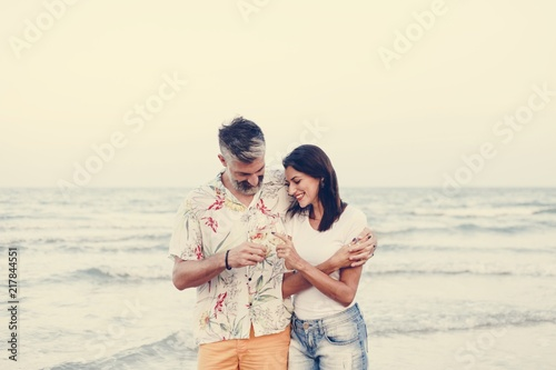 Fotomural Couple enjoying a glass of wine by the beach