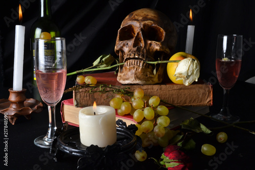 Naturaleza muerta con una calavera con rosas, libros, frutas, vino y velas sobre Wallpaper Mural