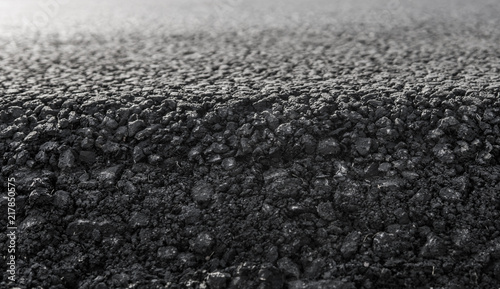 Fotografía  Close-up on a layer of new asphalt at the road under construction