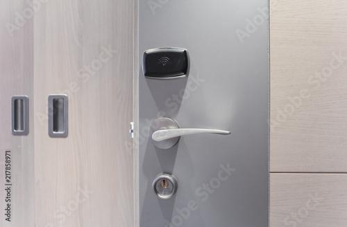 Zdjęcie XXL Drzwi do hotelu z elektronicznym zamkiem