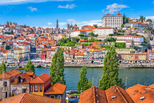 Photo  Porto, Portugal old town skyline from across the Douro River