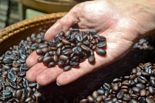 In de dag Kruiderij Coffee beans background. Coffee beans in basket. Coffee beans in the hand.