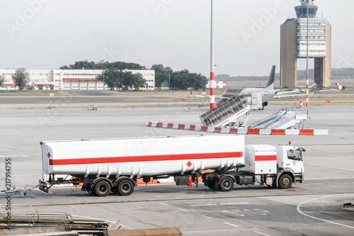 Foto op Aluminium Luchthaven Gasoline truck for refueling aircraft, maintenance service at the airport.