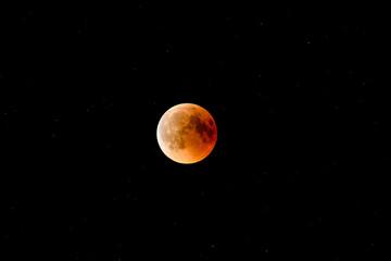 Krwawy księżyc pełne zaćmienie 2018 na białym tle