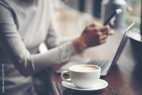 Foto  business women using smartphone for work