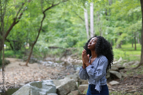 Fotografía Pure black woman praying in nature