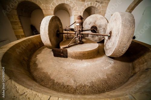 Fotografia, Obraz  Meule de pierre pour huile d'olive